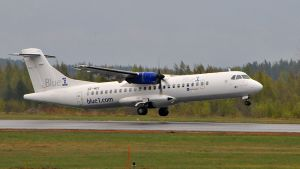 Blue1 -yhtiön lentokone laskeutuu kiitoradalle Kuopion lentoasemalla.