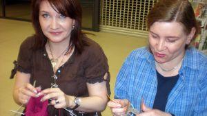 Kaksi naista kutoo villasukkia.