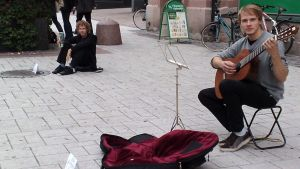 Lauri helistimensä ja Filip kitaransa kanssa esittelivät katusoiton ääripäitä Turun kävelykadulla.