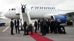 Suomen joukkue saapumassa jääkiekon MMkilpailusta Helsinki-Vantaan lentokentällä.