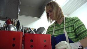 Riikka Annola työskentelee Tuovilan koulun keittiössä Mustasaaressa.