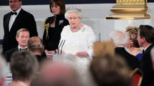Kuningatar Elisabet puhuu illallisvastaanotolla Dublinissa