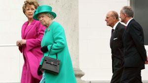 Englannin kuningatar Elisabet II tapasi vierailullaan pinkkiin pukeutuneen Irlannin presidentti Mary Mc Aleesen. Heidän takanaan vasemmalta oikealle Edinburghin herttua ja Martin McAleese.