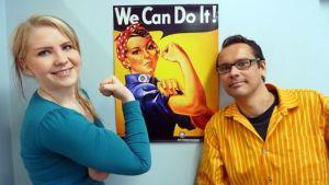 Me teimme sen! Tuore ylioppilas Fanny Säävälä iloitsee tulevasta valkolakistaan opinto-ohjaaja Miika Siirosen kanssa.