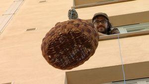 Mikko Kjellberg laskee kotinsa ikkunasta ruokakoria kadulle narun avulla.