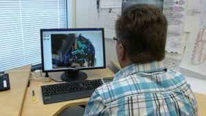 Suunnittelija tekee tietokoneella laivan piirustusta.