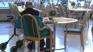 Vanhus pöydän ääressä