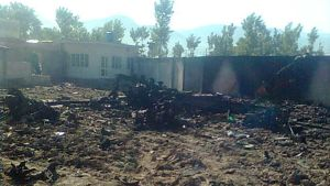 Palaneen helikopterin jäännökset sikinsokin Osama bin Ladenin asuinpaikan pihalla, jonne amerikkalaiset hyökkäsivät.