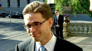 Jyrki Katainen kommentoi hallitusneuvotteluja perjantai-iltana Säätytalon edessä.
