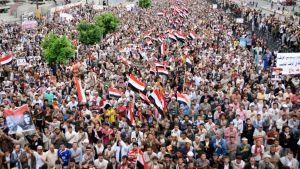 Tuhannet ihmiset osoittavat  mieltään Jemenin hallitusta vastaan Sanaassa.