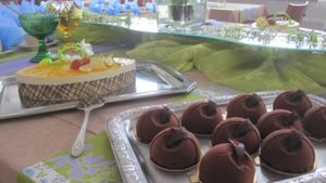 Kakku ja suklaaleivoksia juhlapöydässä