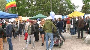 Ihmisiä Maailma kylässä -festivaaleilla.