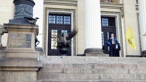 Säätytalon vahtimestarit hätistelivät variksia pois Säätytalon portailta.