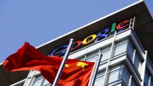 Kiinan lippu liehuu hakujätti Googlen Pekingin pääkonttorin pihalla.
