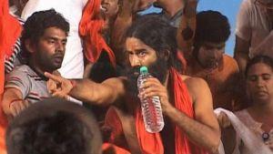 Intialainen joogaguru Swami Ramdev seuraajiensa ympäröimänä New Delhissä järjestetyssä joukkopaastossa 5.6.2011.