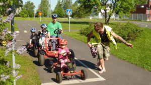 Liikennepuistossa ajetaan polkuautolla.