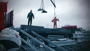 Työmiehiä rakennustyömaalla.
