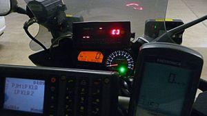 Kuvassa moottoripyöräpoliisin mittauslaitteet.