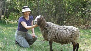 Anneli Jussila kertoo Yli-Myllyn edesmenneen omistajan toivoneen, että lampaat palaisivat joskus tilalle.