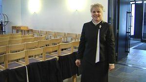 Seurakuntapastori Mari Liimatainen uusi papin asu yllään.