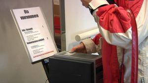 Höyhtyän terveysaseman vuoronumeroautomaatti on ollut kovassa käytössä.
