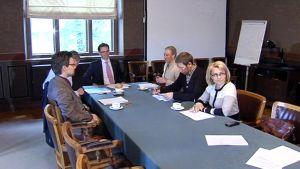 Kokoomuksen Jyrki Katainen viimeistelee hallitusohjelmaa yhdessä viiden muun puolueen kanssa 16. kesäkuuta.