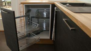 Tämä saa keittiövelhoilta kiitoksen: nurkkakaapissa pääsee käsiksi kaikkiin astioihin.