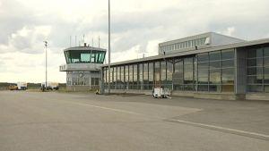 Kuvassa lennonjohtotorni Kokkola-Pietarsaaren kentällä