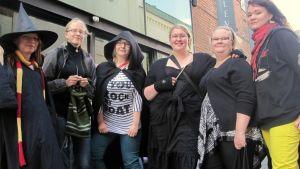 Harry Potter -faneja jonottamassa elokuvalippuja teatterin edessä