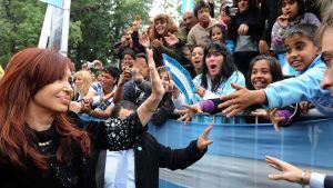 Argentiinan presidentti Cristina Fernandez tervehtii ihmisiä.