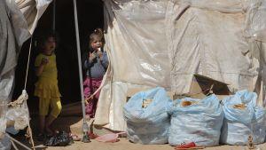 Lapsia syyrialaispakolaisten leirillä.