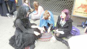 Riitta, Johanna ja Sanna olivat laittautuneet lipunostoon