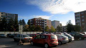 Pala Peltosaaren kaupunginosaa Riihimäellä. Kaupunkilähiö parkkipaikkoineen