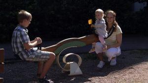 Evelina Tinus pihaleikeissä lastensa kanssa.