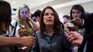 Michele Bachmann vastailee toimittajien kysymyksiin.