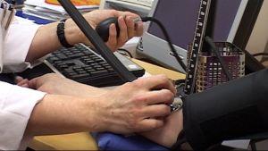 Potilaalta mitataan verenpainetta.