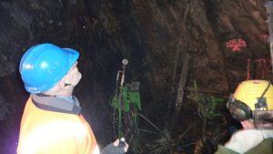 Timo Lindborg tutkii kairanreikää tunnelin katonrajassa.