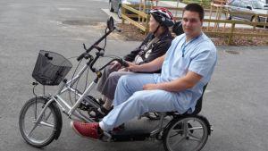 Vanhuksia kyyditetään tandempyörällä