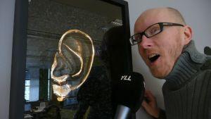 Mikko Maasola mikrofoni kädessään.