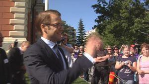 Ruotsin prinssi Daniel tervehtii torikansaa Kuopiossa.