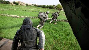 Yhdysvaltalaiset laskuvarjosotilaat juoksevat ulos heitä kuljettaneesta Chinook-helikopterista.
