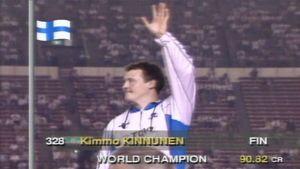 Keihäänheittäjä Kimmo Kinnunen mitalikorokkeella Tokiossa vuonna 1991.