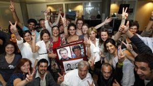 Uutistoimiston France 3:n henkilöstöä riemuitsemassa kuultuaan kollegoidensa vapautimisesta.