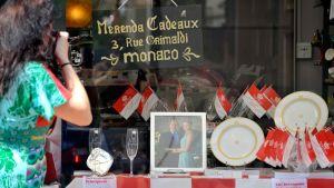 Häärekvisiittaa myymälän näyteikkunassa Monacossa.