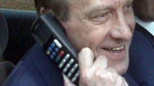 Harri Holkeri soittaa maailman ensimmäistä GSM-puhelua Kaarina Suoniolle 1. heinäkuuta 1991.