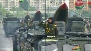 Ohjusvaunuja sotilasparaatissa Minskissä