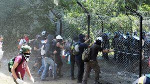 Luotijunarataa vastustavat mielenosoittajat ja poliisi ottavat yhteen.