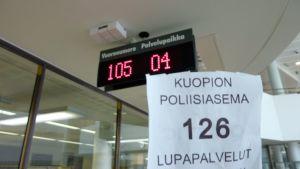 Vuoronumerolappu Kuopion poliisiaseman lupapalveluissa.