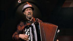 Severi Suhonen soittaa hanuria ja laulaa