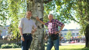 Timo Hacklin ja Martti Kotiranta nojailevat koivuun aurinkoisena kesäpäivänä Joensuussa